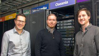 – Vi trenger ikke et eget rom for AI-laben. Det vi trenger er tilgang til GPU-er fra våre egne datamaskiner, sier Rune Wetteland (i midten) og Øyvind Meinich-Bache, her sammen med kontaktperson for Stavanger AI Lab, Tom Ryen (t.v.).