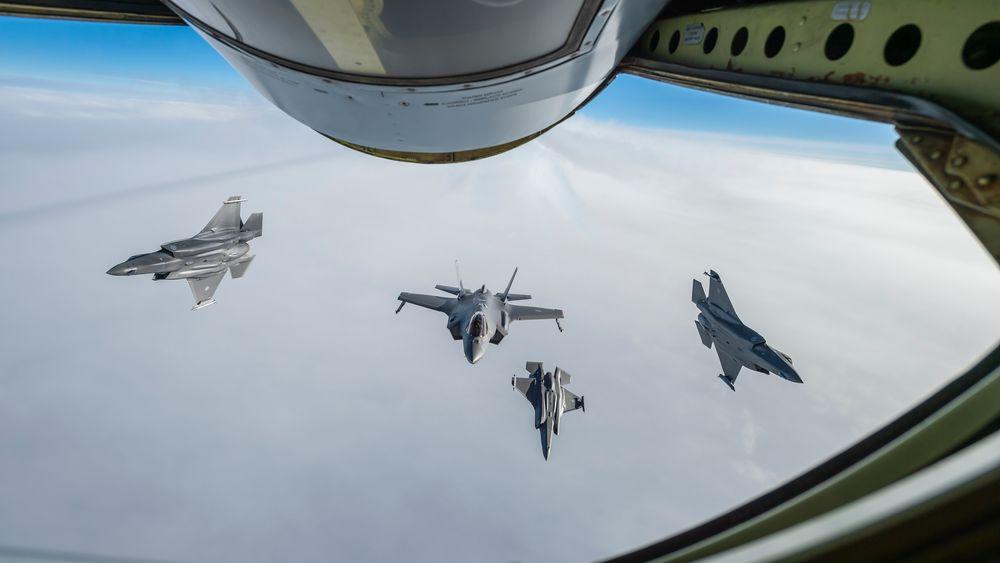Fire norske F-35A etterfyller drivstoff fra et fransk KC-135 på vei fra Norge til Island.