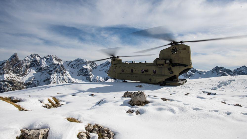 Et CH-47F Chinook tilhørende B Company, 101st Combat Aviation Brigade, 101st Airborne Division (Air Assault) i Alpene i Tyskland 31. oktober 2020.
