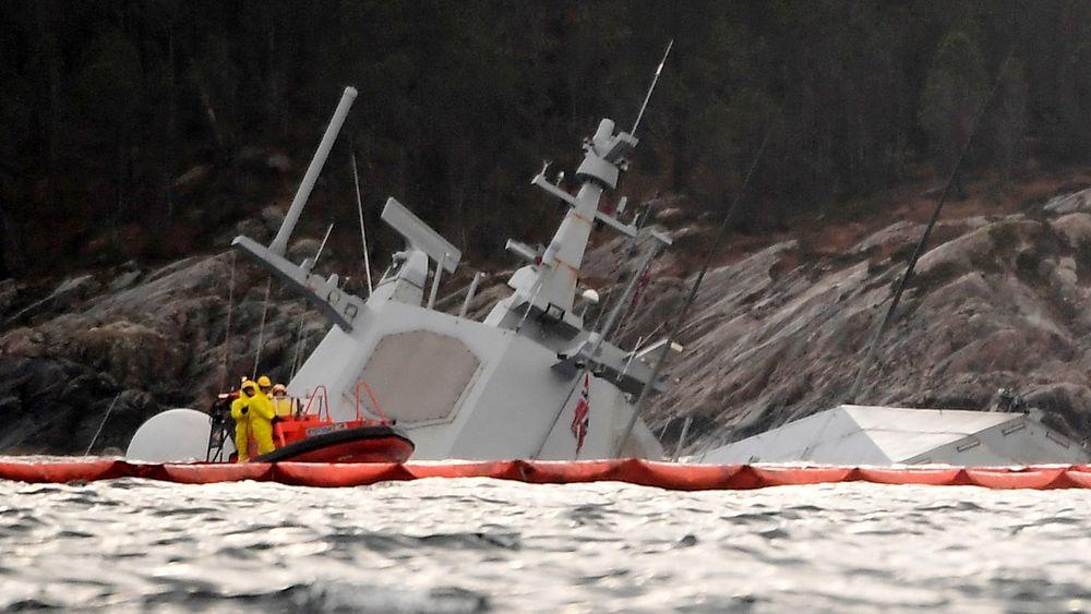 Fregatten KNM Helge Ingstad noen dager etter kollisjonen.