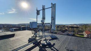 Bildet viser basestasjonen på et bygg i Lillestrøm, der Telia og Ericsson tester bruk av 700- og 3600 MHz-båndene sammen for å øke fart og dekning for 5G.