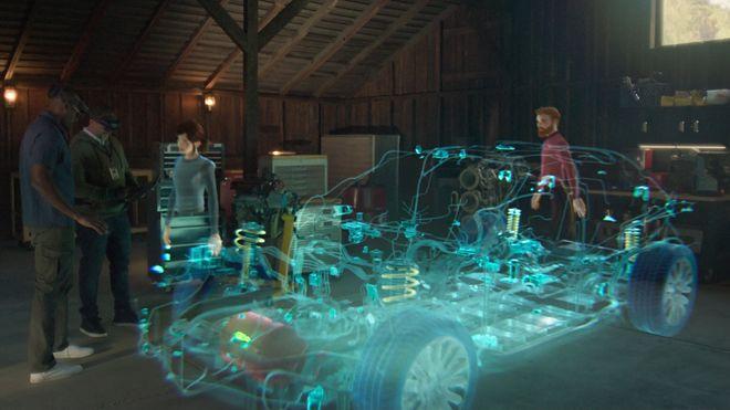 Personer med Hololens-briller ser på en 3D-illustrasjon av en bil, sammen med hologrammer av andre mennesker som deltar fra andre steder.