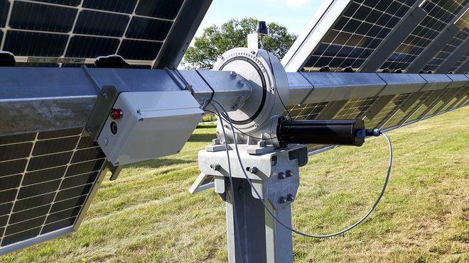 """Solcellepaneler yter optimalt hvis de har riktig vinkel mot solen. Det danske oppstartsselskapet Startak har utviklet en kontroll for """"sol-trackere"""", som er mer nøyaktig enn både små og store konkurrenter."""