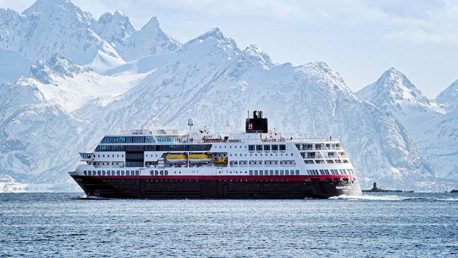 Hurtigruteskipet MS Midnatsol med fjell som bakgrunn.