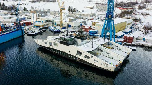 Skroget til hydrogenfergen, MF Hydra, er nylig ankommet Westcon Yard i Ølensvåg og ligger her klar til å bli utrustet. På innsiden av MF Hydra ligger søsterskipet, den helelektriske fergen MF Nesvik, som kan bli ombygd for hydrogendrift senere.