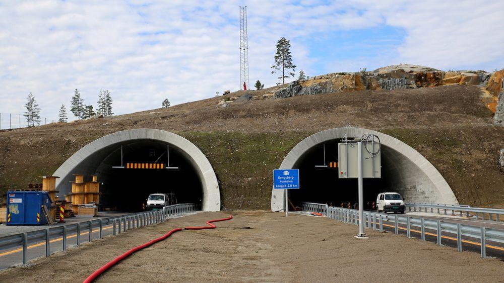 Artikkelforfatteren tar til orde for at investeringene i nye veier og ny jernbane må reduseres kraftig om Norge skal oppnå sine klimamål innen 2030. Her fra bygging av ny E134 gjennom Kongsberg i 2019.
