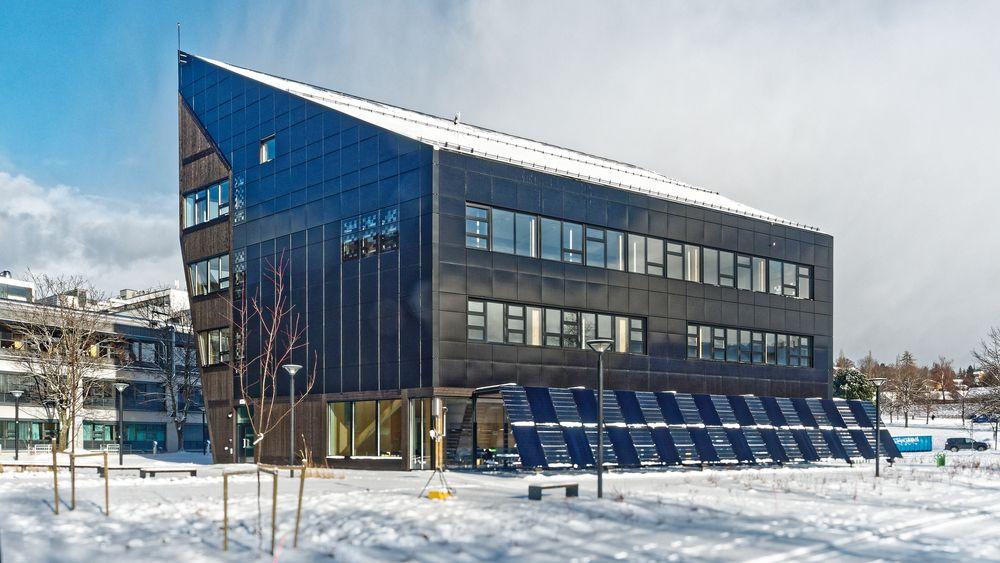 Nullutslippsbygget, eller Zero Emission Building, som NTNU og Sintef har gått sammen om, er et laboratorium for byggenæringen i jakten på bærekraftige og klimavennlige materialer, byggemetoder og livsløspsstandard.