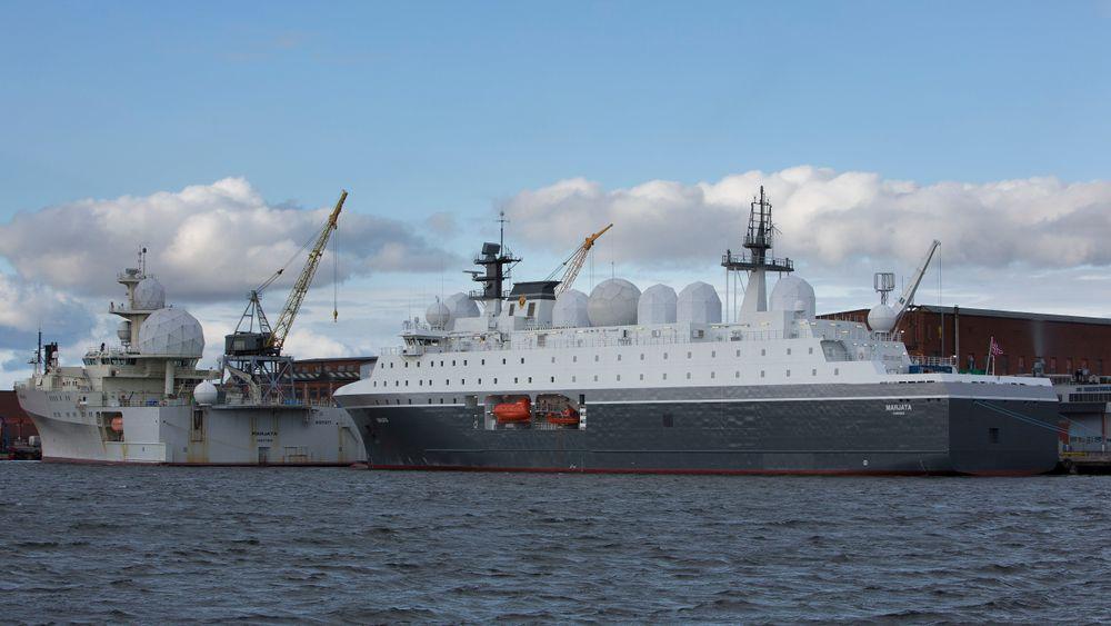Forsvarets nye etterretningsskip Marjata (til høyre) er blant skipene som vedikeholdes av Bergen Engines.