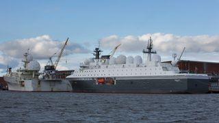 Forsvarets nye etterretningsskip Marjata (til høyre) er blant skipene som vedikeholdes av Bergen Engines. Foto: Ole Berg-Rusten/ NTB