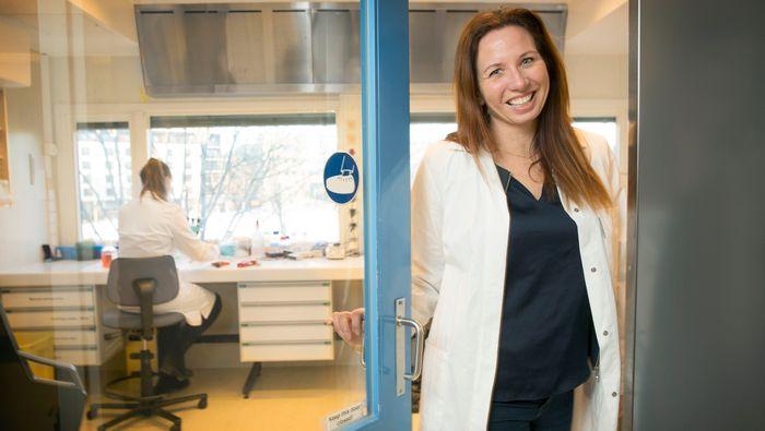 Agnete Fredriksen sier hun heller vil ta deres egenutviklede korona-vaksine enn konkurrentenes. – Måten vi målstyrer og leverer vaksinen på, og hvordan vi aktiverer hele immunforsvaret og lager best mulige drepe-T-celler, mener jeg gjør vår vaksine til en sterk andregenerasjonskandidat, sier hun.