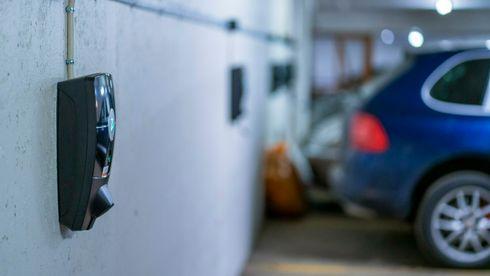 Kort oppsummert sier dagens regelverk at alle med rett til å parkere i et borettslag eller et sameie også har rett til å sette opp et ladepunkt. Lovene sier ikke noe om hvordan dette skal løses