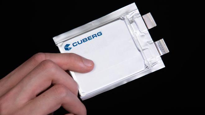 Cubergs poseceller har litiummetall-anode og en proprietær flytende elektrolytt.