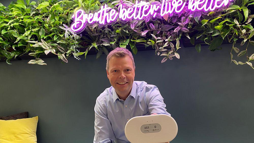 Børsnotert og med nytt produkt: Airthingssjef Øyvind Birkenes viser fram selskapets mest avanserte sensor til nå. Den skal leveres fra juni.