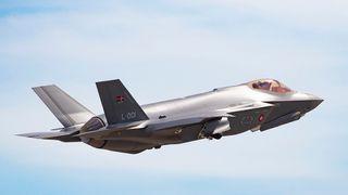 Danskene vil skille seg ut: Har dekorert nybygd F-35 med rødt