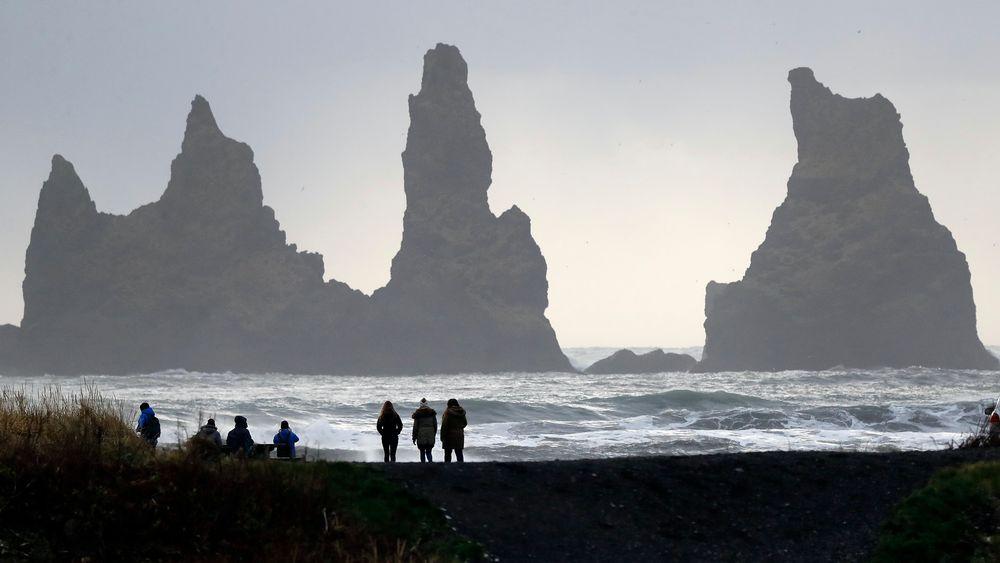 Island har rundt 130 vulkanske fjell og rammes regelmessig av vulkanutbrudd. Her nyter folk naturen ved vulkanen Katla.