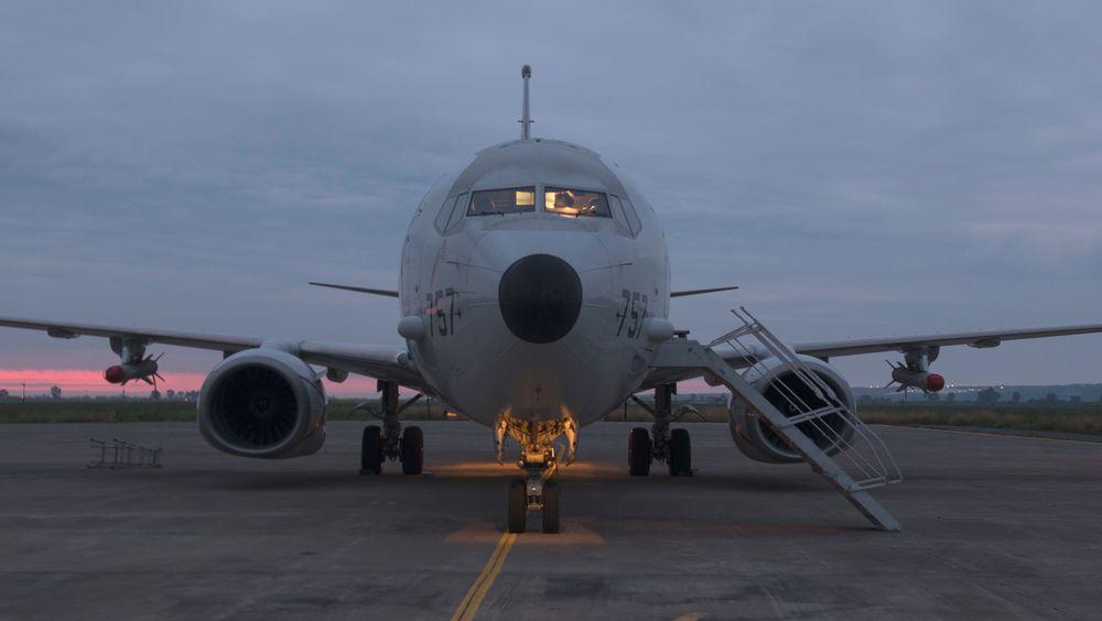 Boeing P-8A Poseidon med Harpoon-missiler under vingene står parkert på Sigonella-basen på Sicilia i april 2020.