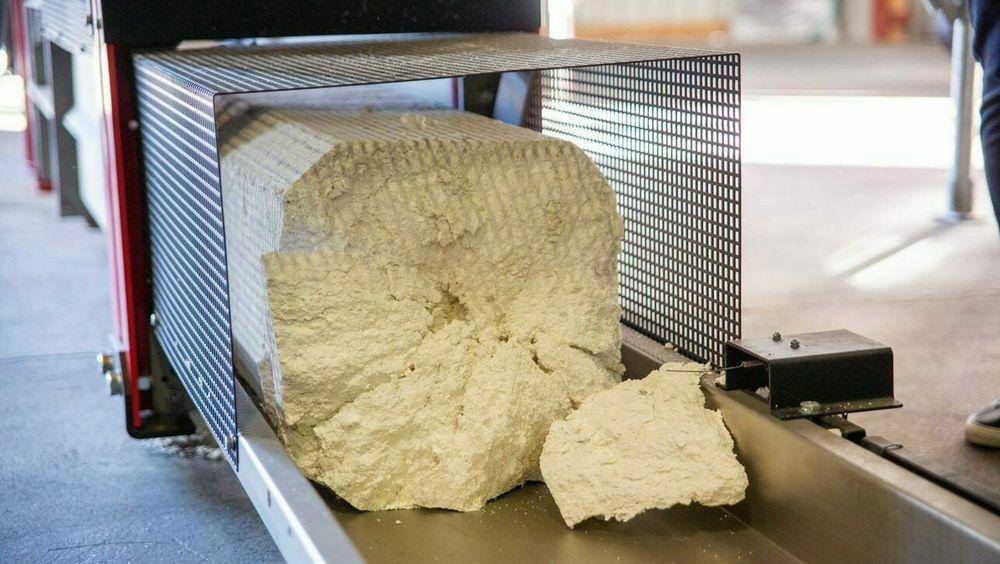 Resirkuleringsanlegget til Vartdal Plast presser og smelter EPS til slike kompakte blokker.