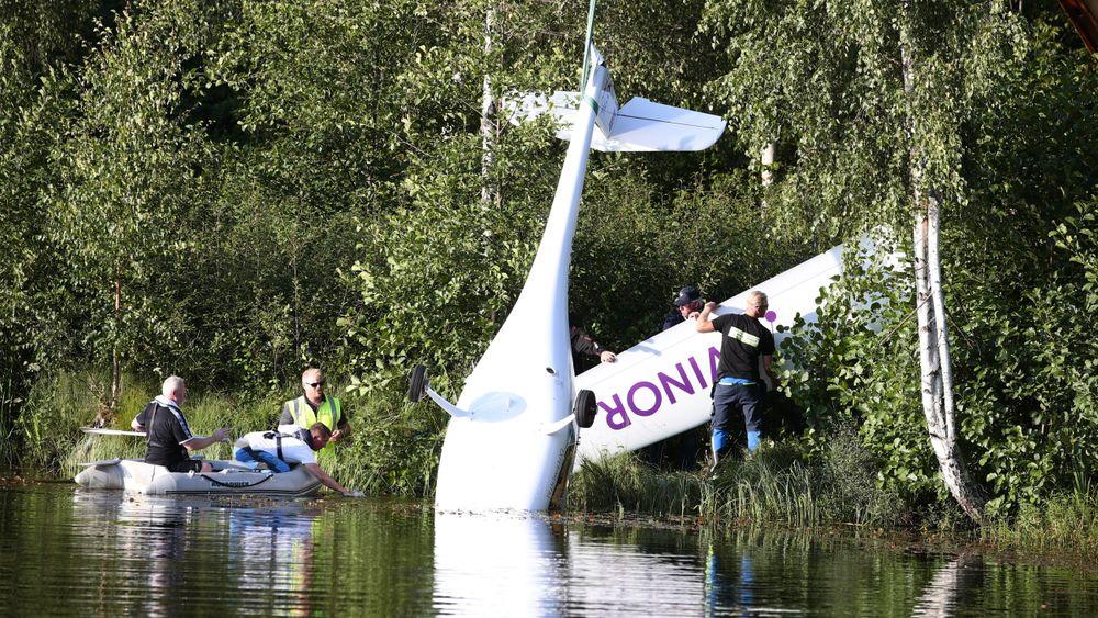 Avinors elfly heises opp fra vannet etter nødlandingen 14. august 2019.