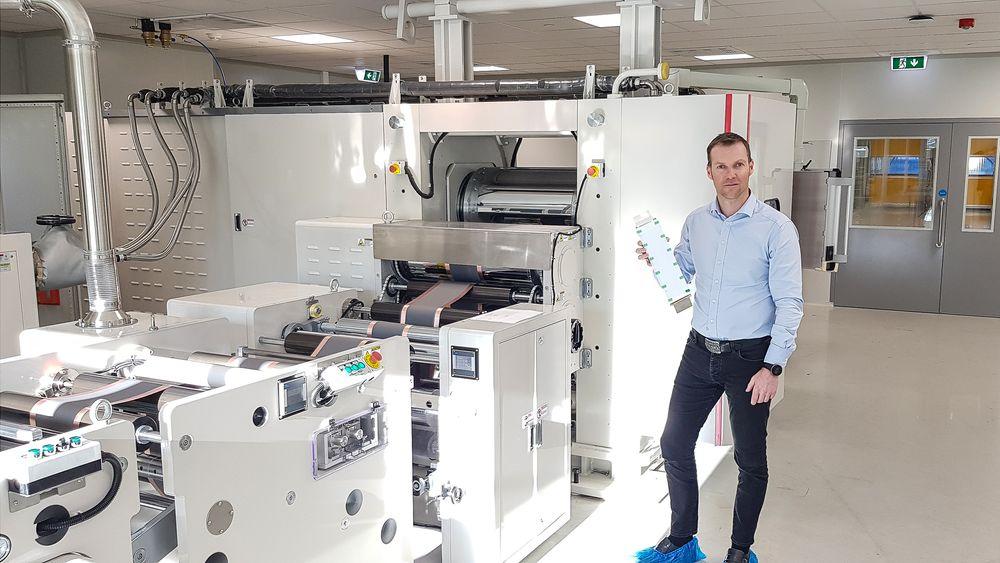 Snart ferdig: Svein Kvernstuen holder en battericelle i den nye fabrikken som skal bygge prototyper og utføre forskning, utvikling og opplæring.