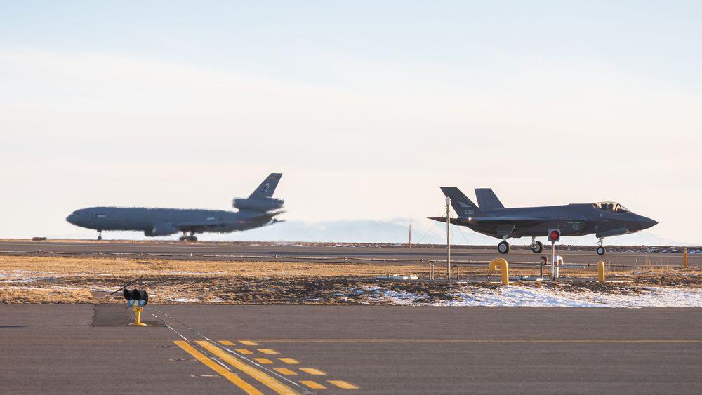 Norsk F-35A sammen med et amerikansk KC-10 Extender på Keflavik søndag 14. mars.