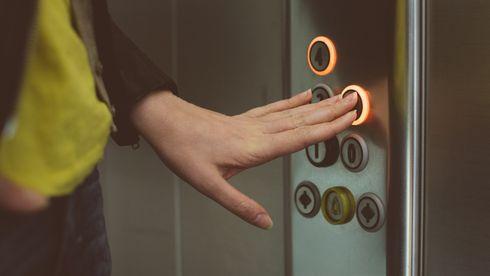 Særlig i heiser kan luftrensere ha en utilsiktet negativ effekt som gjør at dråper spres. Disse bør derfor brukes når heisen ikke er i bruk, ifølge ekspert.