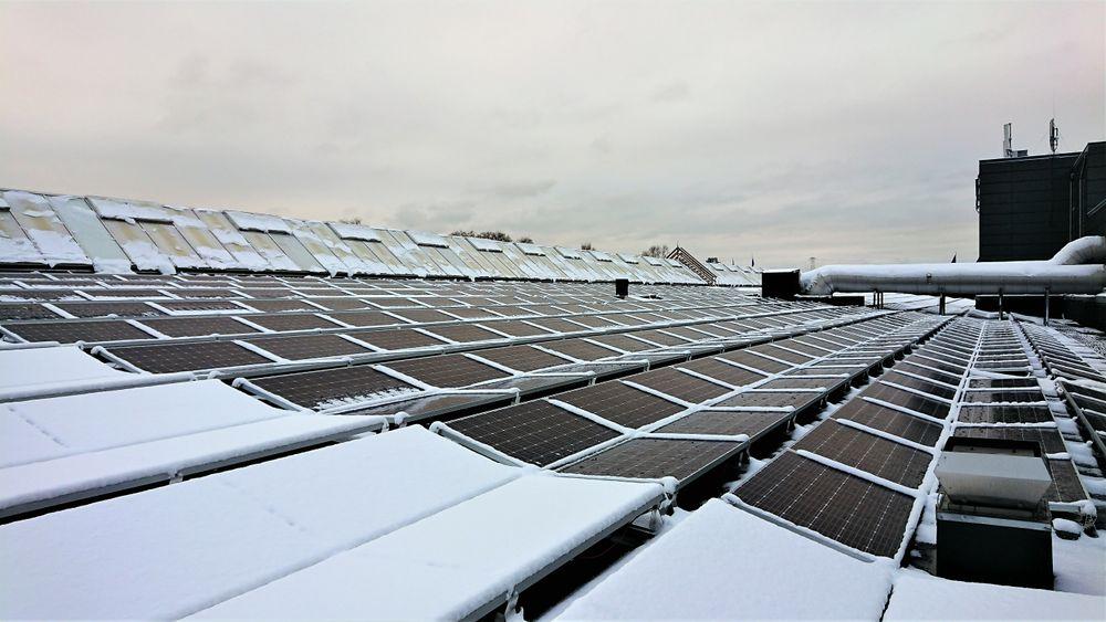 Ved snøfall kan hver sone av taket varmes opp med 500 kilowatt. Når snøen og skyene er borte, kan solenergiproduksjonen starte igjen.