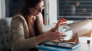 Utforming av akrylplaten på solsiden av sjakten er avgjørende for lysutbyttet. Biljana Obradovic har testet en rekke varianter, også noen hun har fått tilsendt fra en professor ved et australsk universitet.
