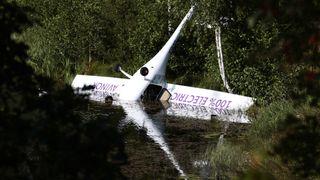 Under innflyging til Gullknapp lufthavn i Arendal stoppet motoren og måtte flyet nødlande i Nornestjønn og endte opp ned, flytende i vannet. Det gikk bra med begge om bord.