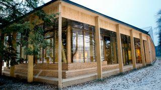 Lund Hagem arkitekter og Atelier Oslo har valgt en beskjeden plassering av Klimahuset ved siden av Brøggers Hus, tidligere Geologisk museum i Botanisk hage i Oslo.