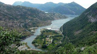 På området mellom riksvegen og de eksisterende næringsbyggene tenker man hydrogenfabrikken lokalisert i Sundsfjord i Gildeskål kommune i Nordland.