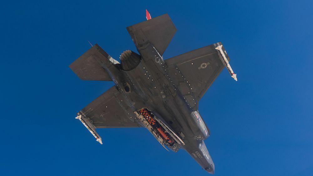 F-35A-testflyet AF-01 med et instrumentert JSM i buken.