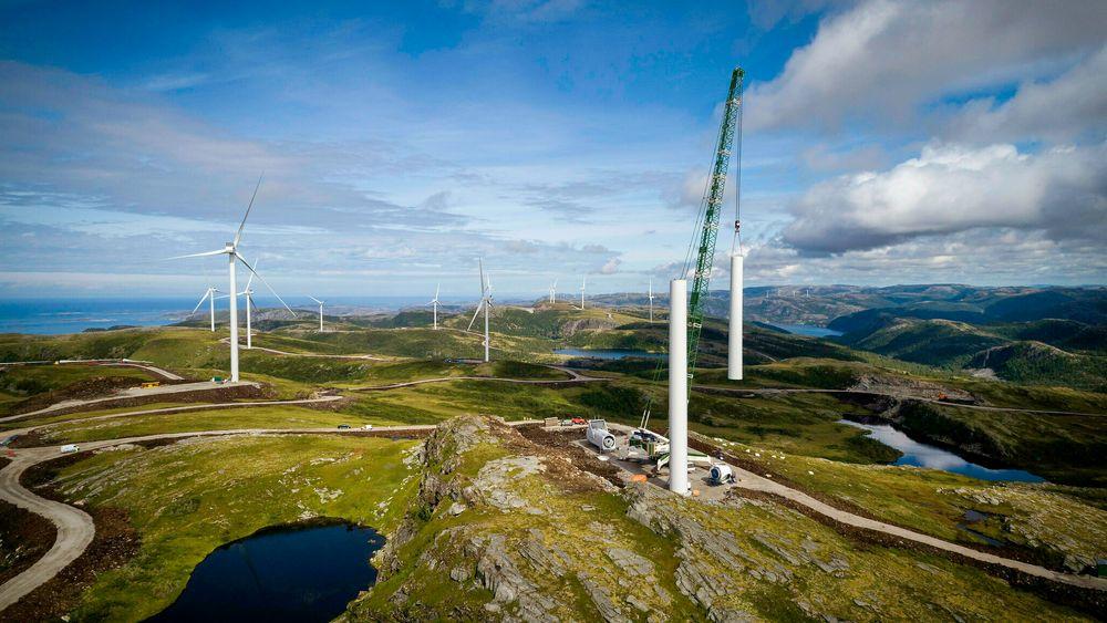 En naturressursskatt må komme på plass for vindkraft, slik tilfellet allerede er for vannkraft. Det vil sikre vertskommuner og vertsfylker en andel av verdiskapingen, skriver artikkelforfatterne.