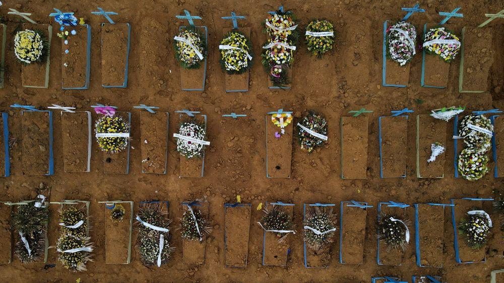 Nesten 300.000 menneskjer har dødd av covid-19 i Brasil. BIldet er fra Parque Taruma-gravplassen i Manaus, i staten Amazonas.