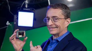 Intel-toppsjef Pat Gelsinger med en grafikkprosessoren som har kodenavnet «Ponte Vecchio».