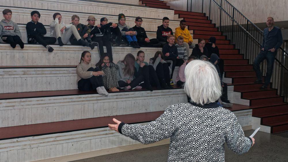 Ruth Woods i samtale med barn på Ydalir skole under premieren på en film laget om hva som er godt med Elverum.