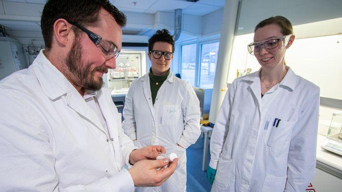 (F.v.:) Anders Teigland, Hjørdis Skår og Marthe Emelie M. Buan i TioTech.