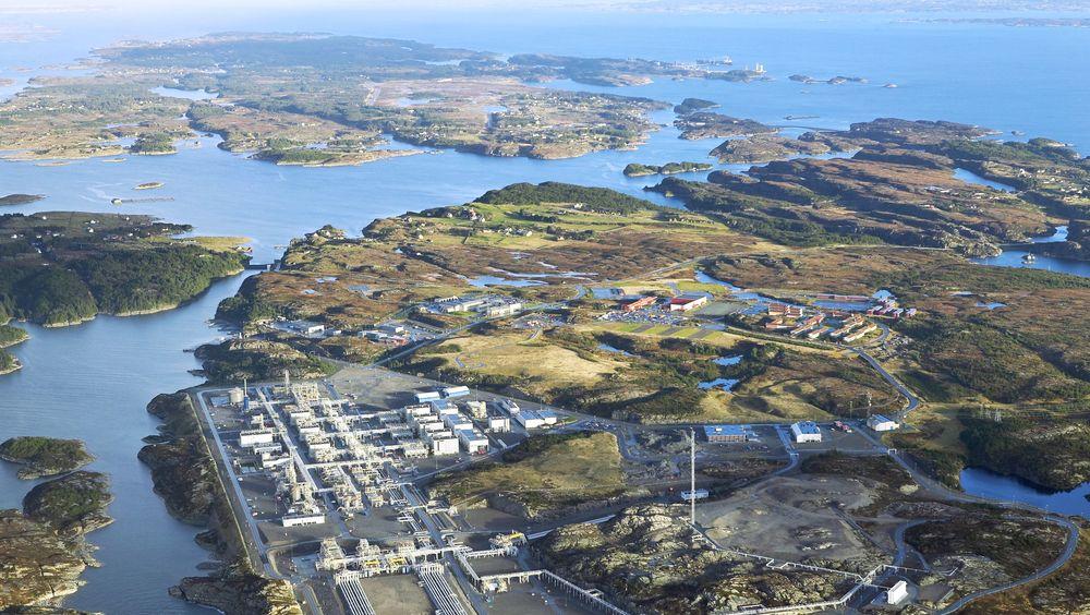 Mange bedrifter ønsker seg inn på industriområdet Kollsnes nordvest for Bergen. Statnett sier de kan tilby 200 MW ekstra dersom noen av Aker BP og Equinors plattformer heller kobles til kraftnettet i Samnanger.