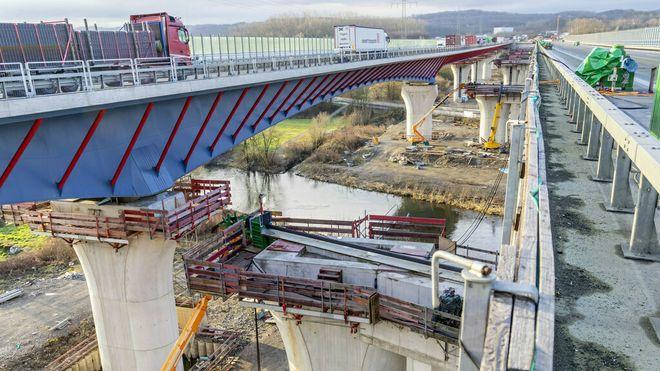 Trekket skulle være nøyaktig det samme over alle de 984,5 meterne, sa Hochtiefs-prosjektleder Jan Felgendreher i en pressemelding:  – Vi trakk broen samtidig på 15 steder. Marginene var nede på noen få millimeter, og hvert trinn måtte utføres perfekt.