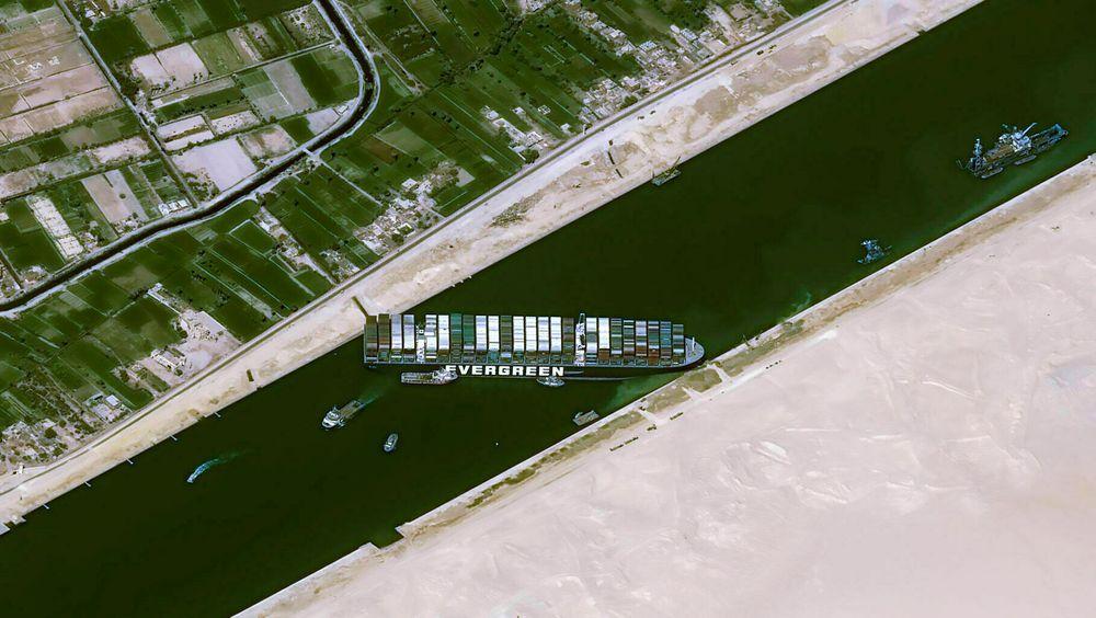 Det grunnstøtte konteinerskipet Ever Given blokkerer effektivt Suezkanalen, en av verdens viktigste skips- og handelsruter.