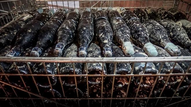 Denne champagnen er lagret på 60 meters dyp i Atlanterhavet. Kan det kjennes på smaken?