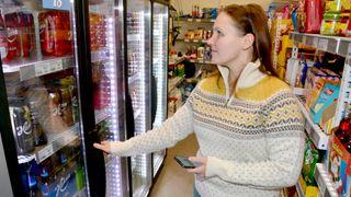 Magnetlåsen på øl-skapet kan butikkeier Lavik styre via mobiltelefonen.