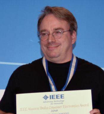 Linus Torvalds mottar IEEE Ibuka Award 2018 i Las Vegas.
