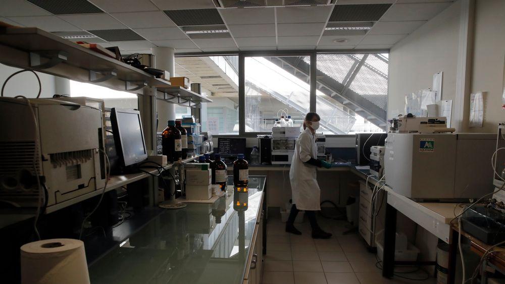 Forskere studerer nøye et dusin flasker Bordeaux-vin som kom tilbake til Frankrike etter et opphold ombord på Den internasjonale romstasjonen. Her er en laboratorietekniker ved Institute for Wine and Vine Research i gang med analysene.