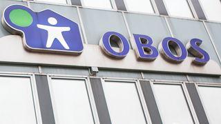 Obos-logoen på en bygning.