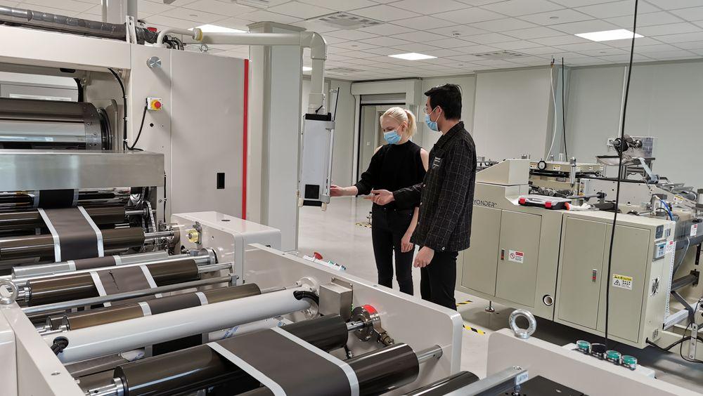 Sarah Karin Larsen hoppet av en bachelorgrad i maskiteknikk ved UiS og begynte hos batteriprodusenten Beyonder i stedet. Her lærer hun å operere en kalenderingmaskin av batterieksperten Fan Zhang fra Kina. Maskinen brukes til å rulle grafittanoder og litiumnikkel-kobolt-katoder jevnt til en bestemt tykkelse ved hjelp av hydrauliske rulle- og pressemaskiner.