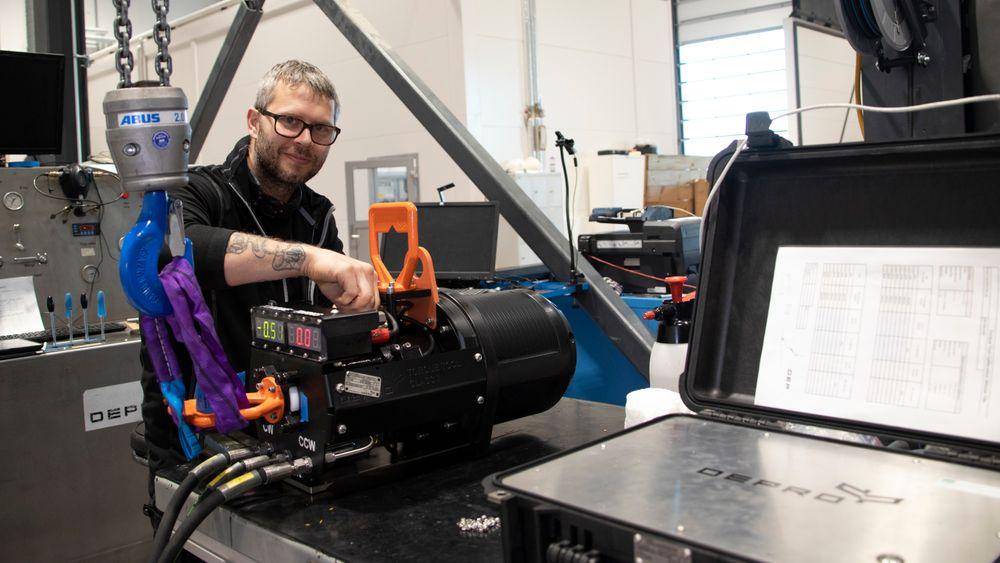 Momentnøkkel: Verktøyet Torque tool, momentnøkkelen som er et av Depros viktigste produkt, skal brukes på Bluerocs ROV-er. Her klargjør industrimekaniker Daniel Ueland, en Torque tool for en kunde.
