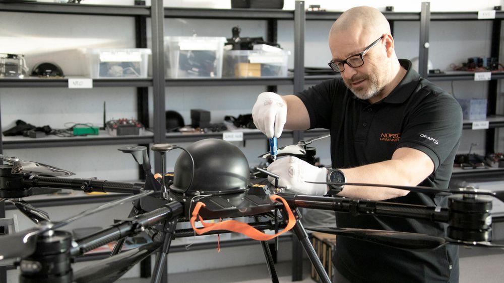 - Jeg er med og designer dronene, og bygger cirka ti stykker i året, sier Thomas André Olsen.