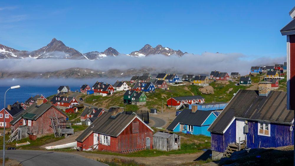Det finnes grønne flekker på Grønland den dag i dag, som her i den lille byen Tasiilaq som regnes som Øst-Grønland eneste by. Heller ikke her er isen langt unna.  Foto: Heiko Junge / NTB