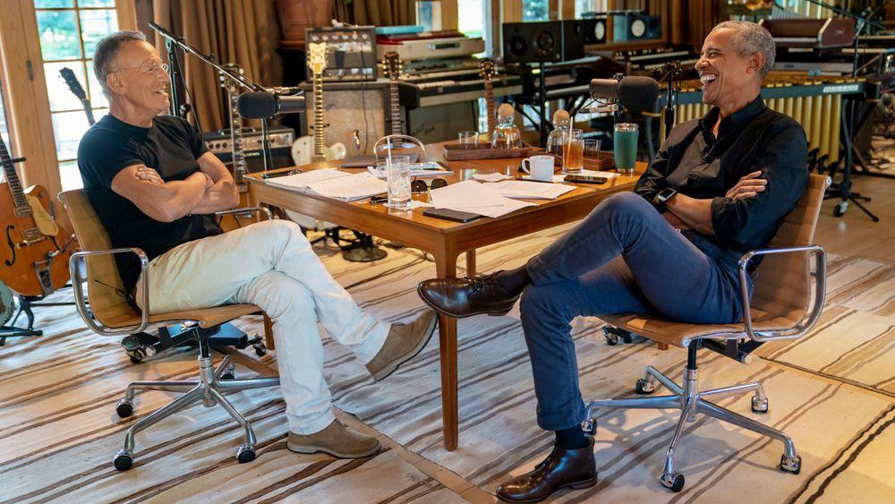 Å lytte til en podkast er god stimulans for hjernen, viser forskningen. Her er det Bruce Springsteen som har samtaler med USAs tidligere president Barack Obama i en podkastserie om temaer som oppvekst, rasisme, farskap.