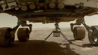 Helikopterdronen hang under Mars-kjøretøyet Perseverance, men ble sluppet ned og frikoblet og må deretter klare seg selv med strøm og varme før den planlagte flyturen.